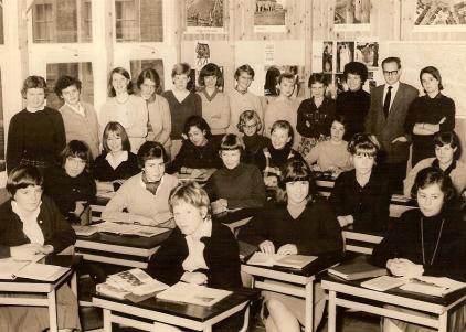 Heldine 4e klas M.M.S. geheel links.