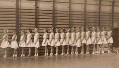 Balletles, ik ben de vijfde van links.