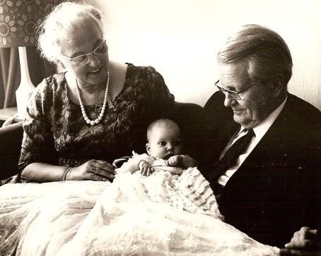 Mijn vader en moeder met eerste klein kind Marleen.