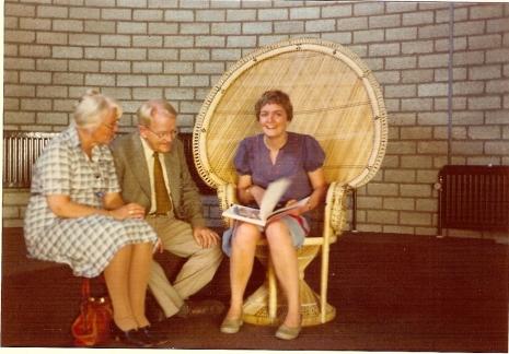 Aukje Reindersma en Samuel Dunlop, mijn ouders en ik, Heldine. In de bibliotheek van Castricum