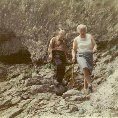 Mijn vader en moeder aan de wandel.