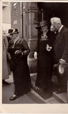 Mijn twee oma's bij het huwelijk van mijn vader en moeder.