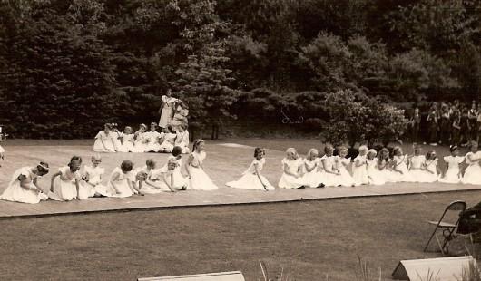 Balletvoorstelling in het openluchttheater in Bloemendaal. Ik zit ergens vooraan.