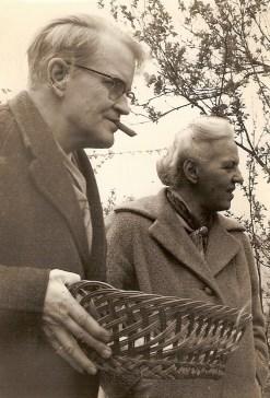 Mijn vader en moeder tijdens het eieren zoeken.