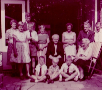 Bij oom Mar en tante Lien in Voorburg. Oma Dunlop is erbij.