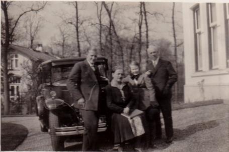 Links Sam Dunlop, mijn vader, 2e van rechts Els Dunlop., mijn tante.