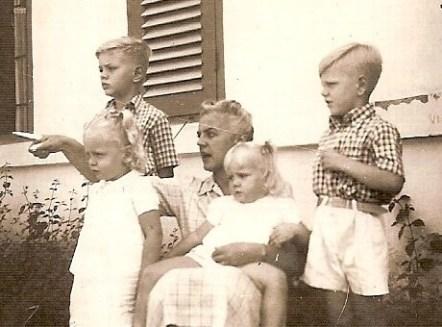 Mijn moeder met kinderen in Indië