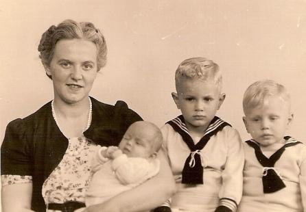 Mijn moeder Auk met Sam, Bram en Caroline.