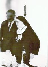 Mijn vader en een non uit het Johannes de Deo ziekenhuis in Den Haag.